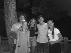 @mariekex.d met viendinnen en Bart en John op de camping tijdens de ZomerTour