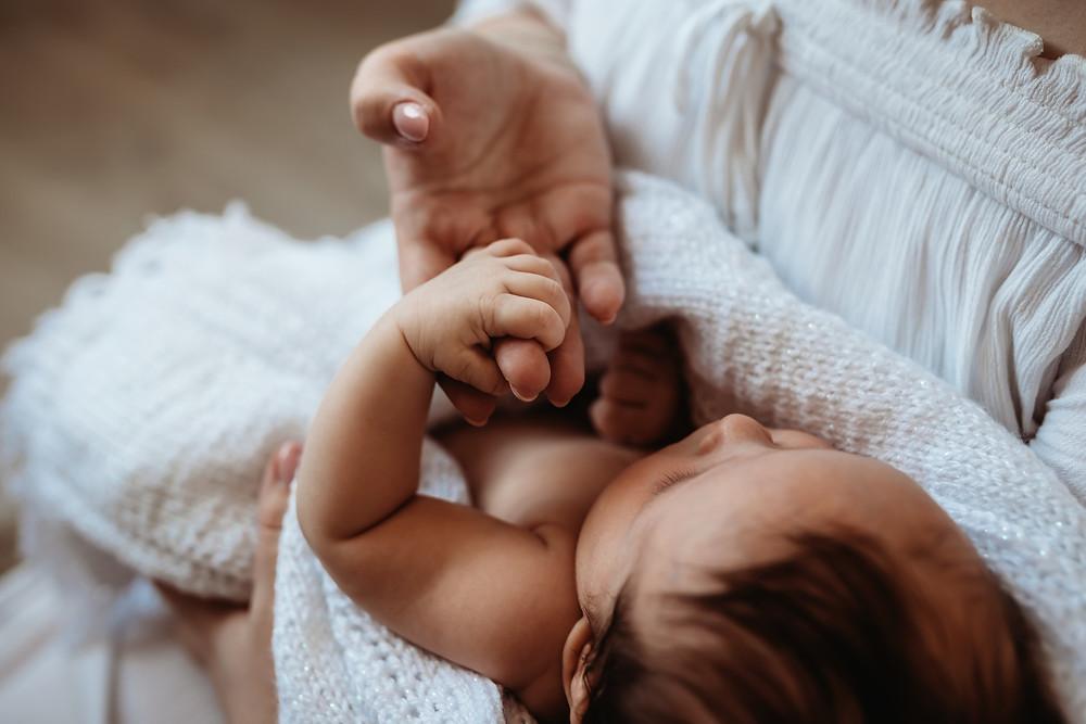miminko drzi prst maminky