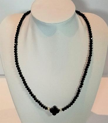Tour de cou perles noires facettes trèfle noir