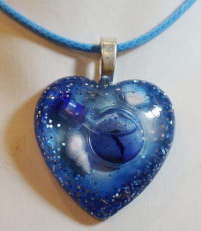 Coeur bleu avec inclusion de liquide