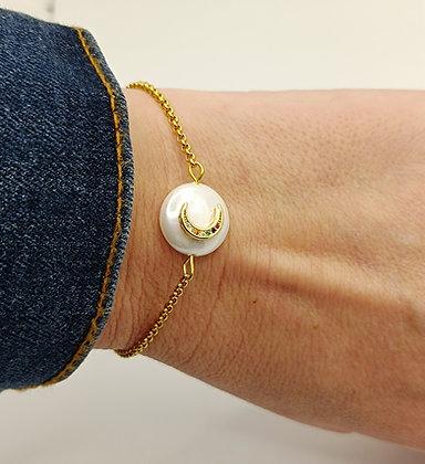 Bracelet doré lune sur perle nacré