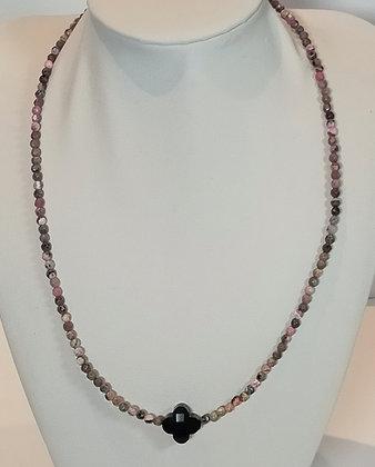 Tour de cou perles naturelles noir/rose trèfle noir