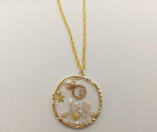Pendentif résine avec coquillages et petites perles doré-multicolore