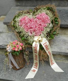 Herzgesteck rose mit Schleife.JPG