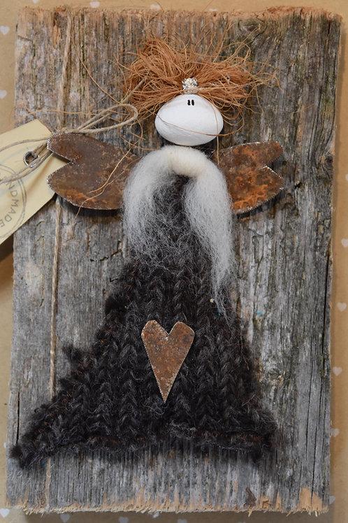 Engel auf Holz braun