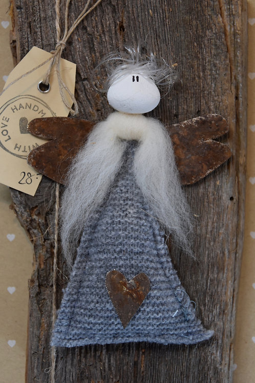 Engel Oma auf Holz grau