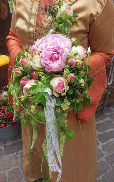 Brautstrauss rose mit Pfingsrosen.jpg