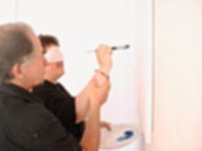 une équipe de travail expérimente le processus de création par la peinture