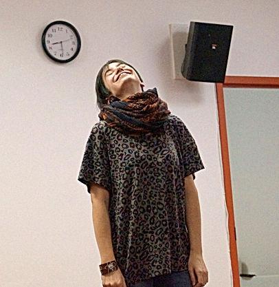 une participante heureuse de s'exprimer librement lors du cours de théâtre à L'Infusart