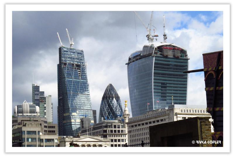 בניינים בלונדון בבניינתם. מנופים
