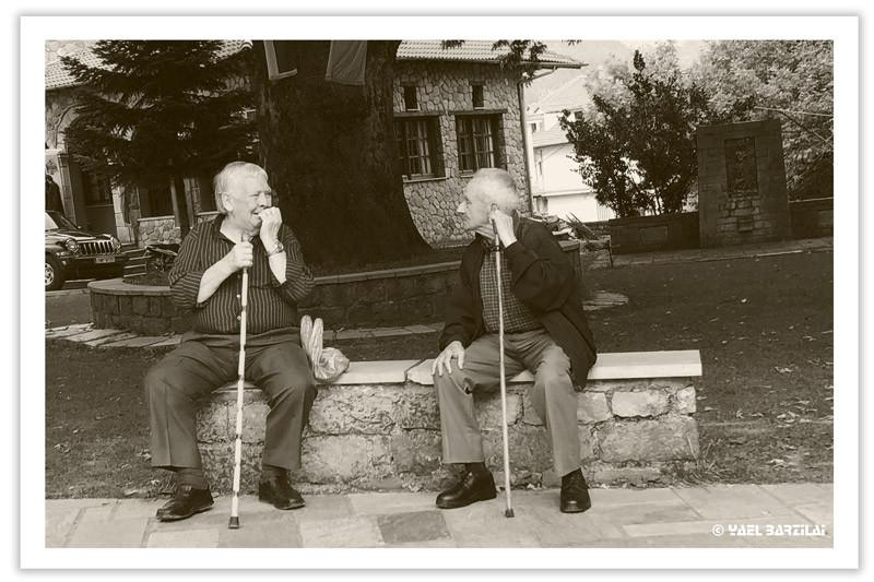 זקנים בככר