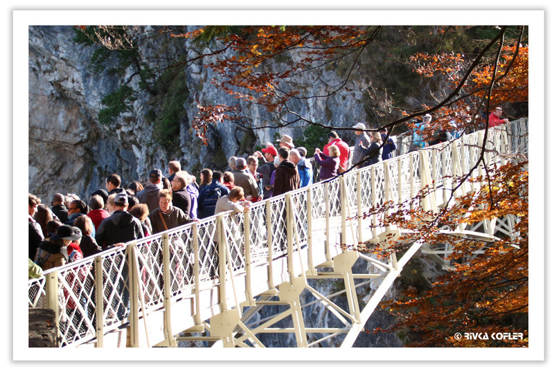 תיירים מצטופפים על גשר