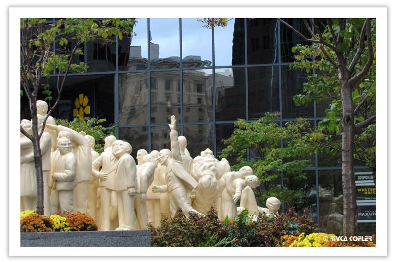 פסל לבן של אנשים מתגודדים