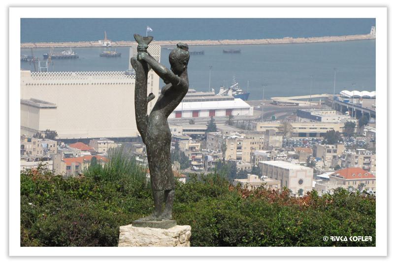 פסל ומבט אל מפרץ חיפה