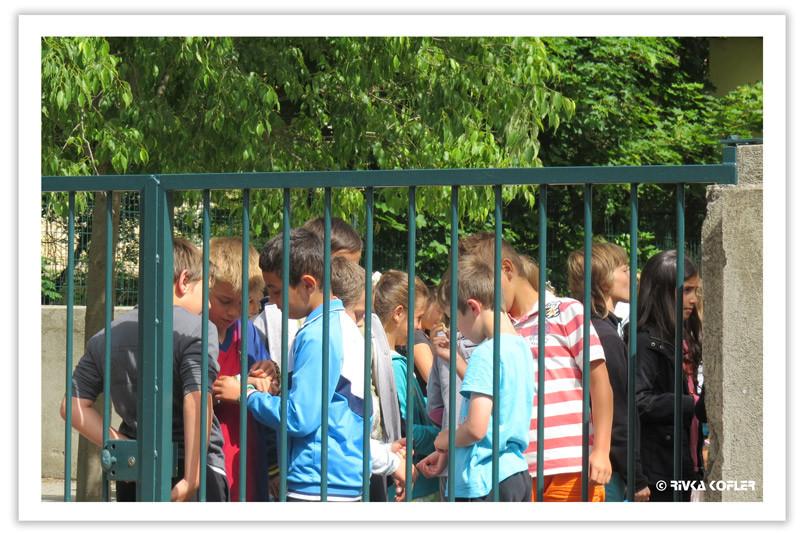 ילדים מאחורי גדר