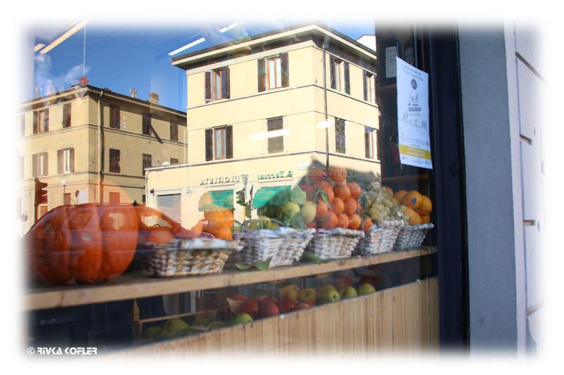 פירנצה - השתקפות העיר בחלון של חנות ירקות ופירות