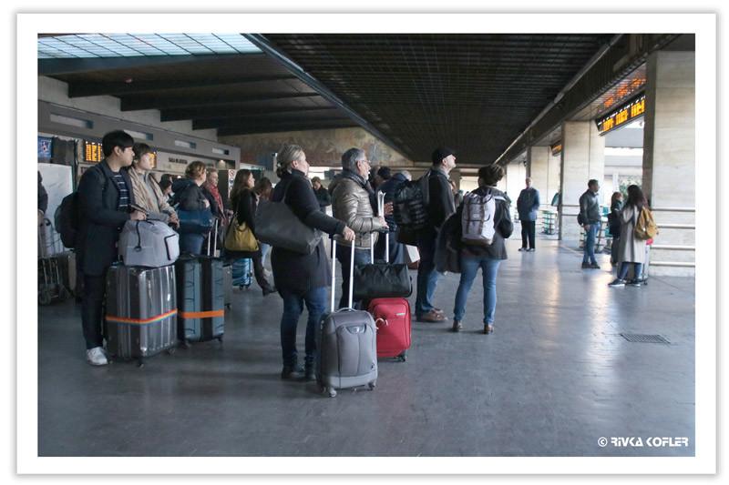 קובצת אנשים עם מזוודות
