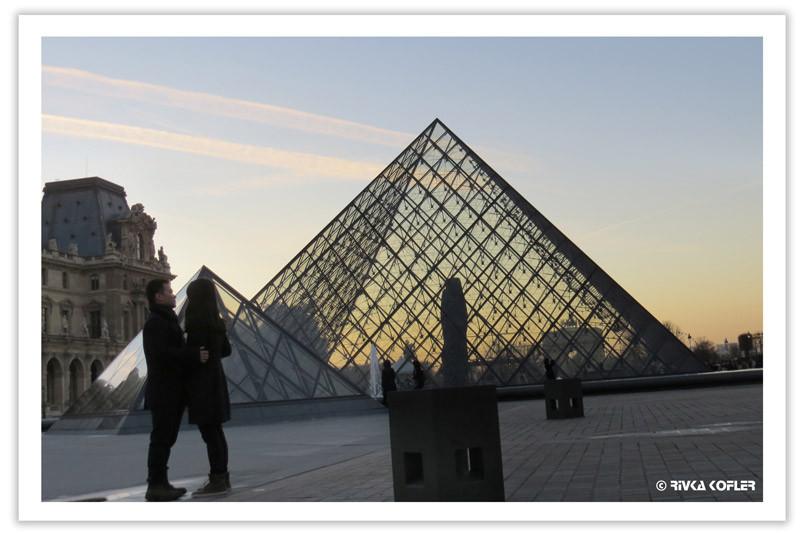 זוג על רקע הפירמידה בלובר