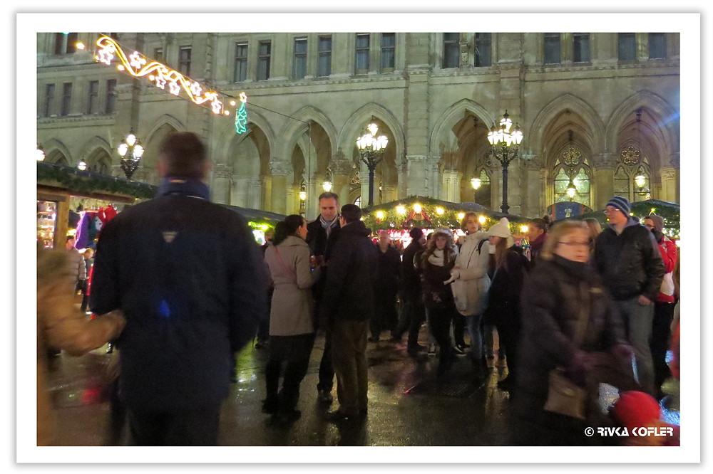 אנשים חוגגים לפני בית העירייה