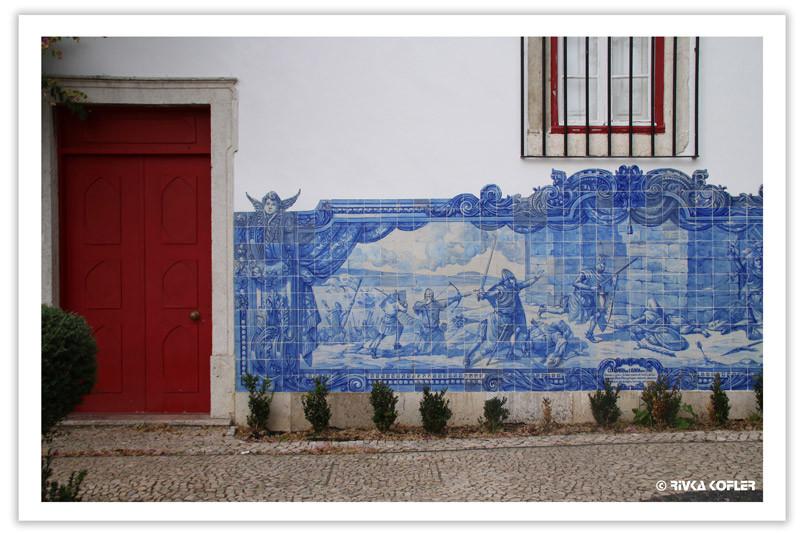 ציור כחול לבן על קיר חיצוני