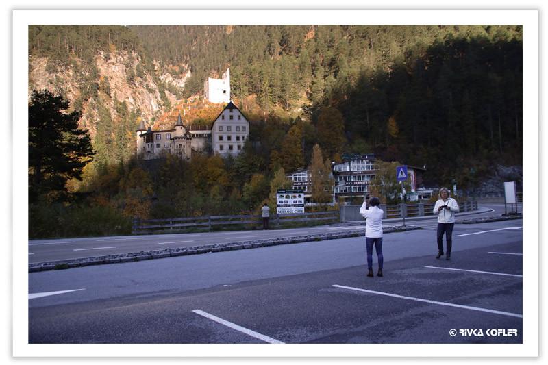 הטירה מעבר לכביש