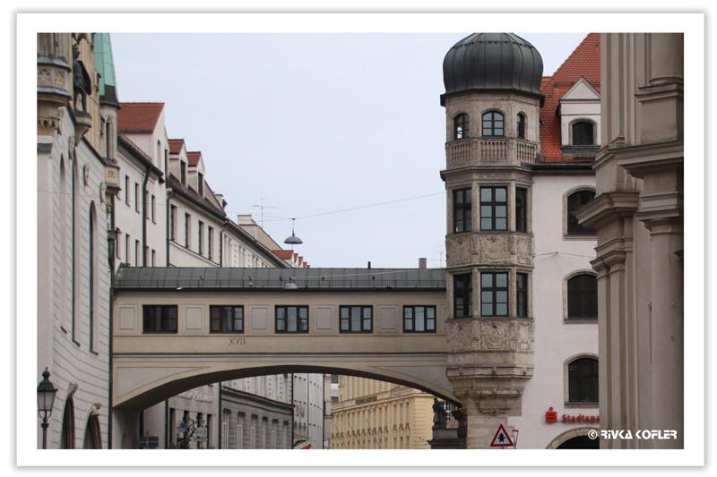 מינכן, גשר בין שני בניינים