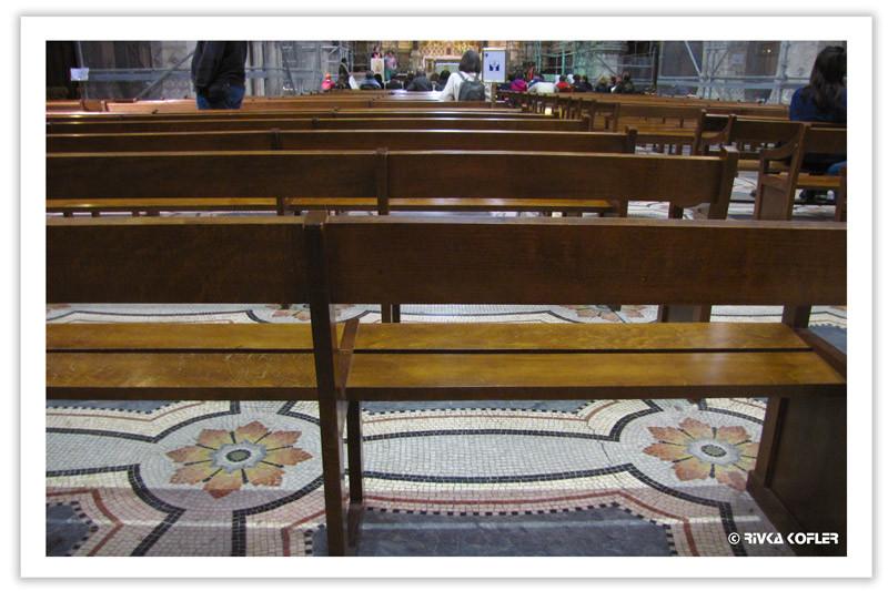 כסאות בכנסייה