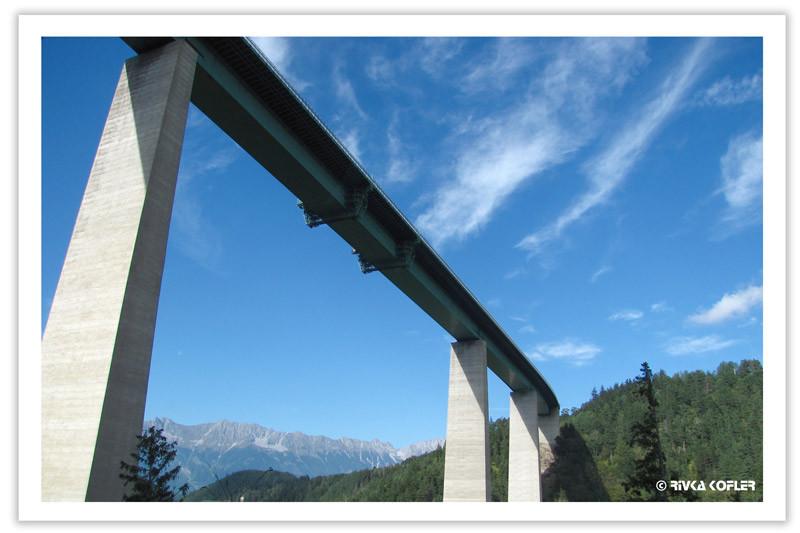 מבט מלמטה על גשר אירופה, אוסטריה