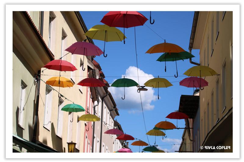 מטריות כקישוט רחוב