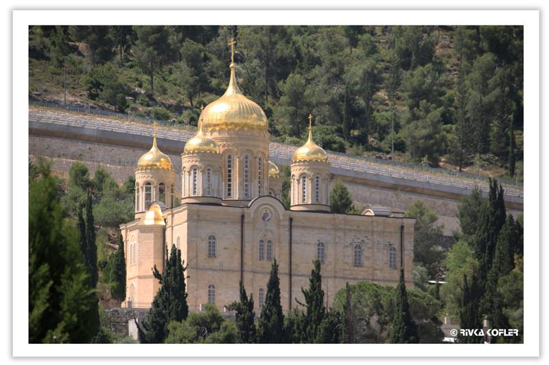 כיפות זהב של כנסיה