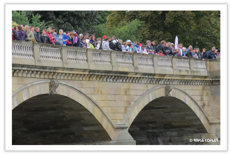 אנשים מצטופפים על גשר בלונדון
