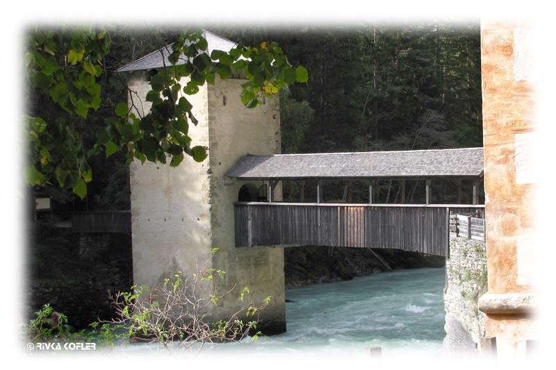 גשר עץ מקורה