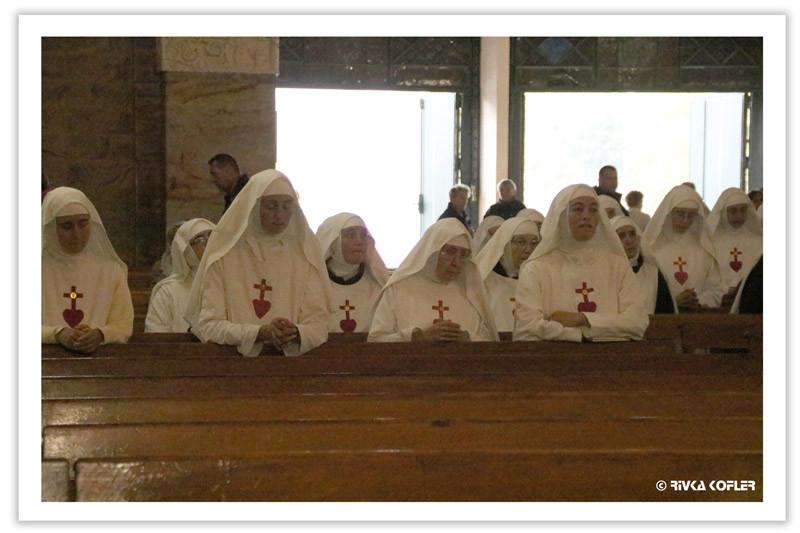 נזירות מתפללות בלורד