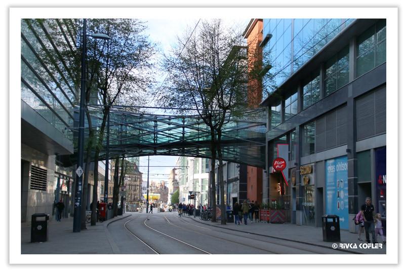 גשר זכוכית מעל רחוב