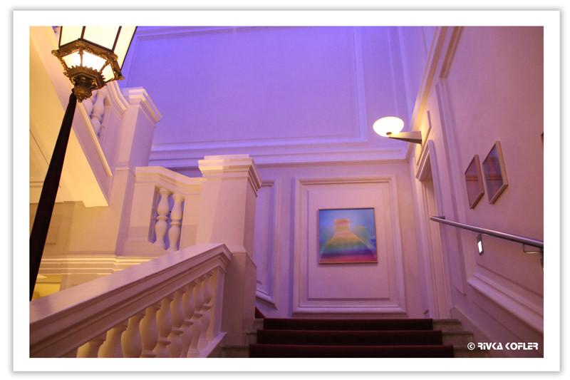 מדרגות מוארות באור סגול