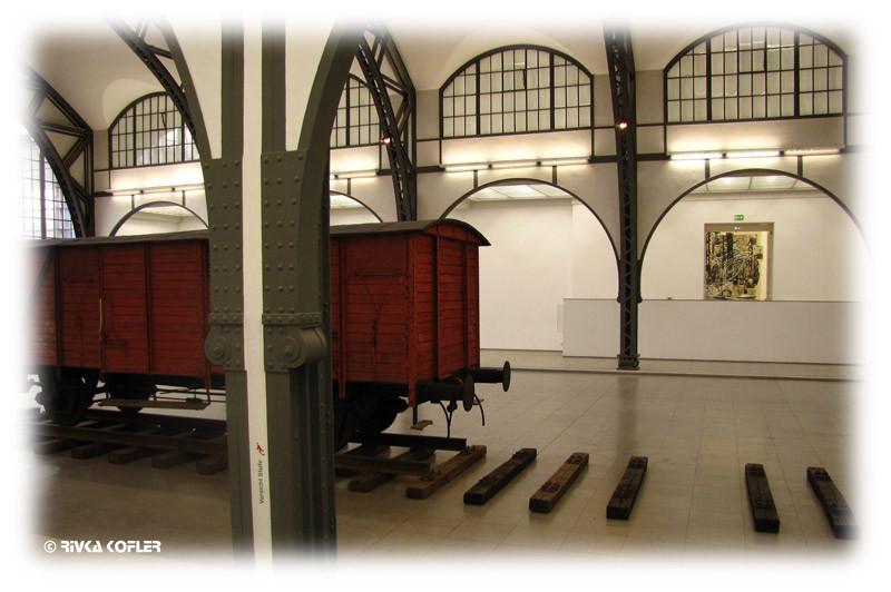 קרון רכבת מימי מלחמת העולם השניה מוצב באולם.