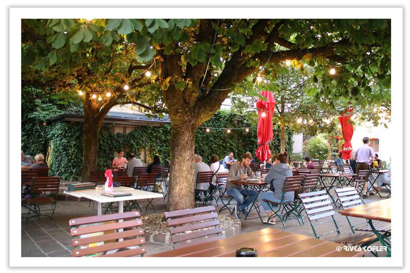 שולחנות מסעדה מתחת לעץ