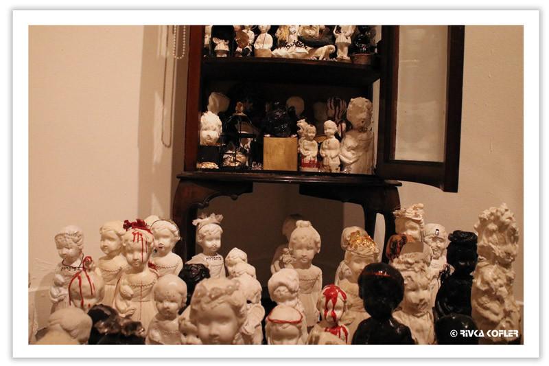הרבה בובות צפופות