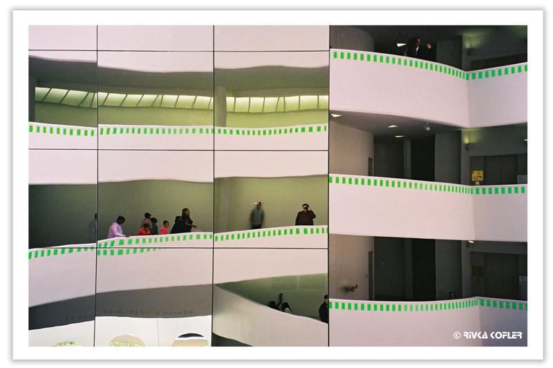 מסדרונות מעוגלים במוזיאון גוגנהיים, ניו יורק