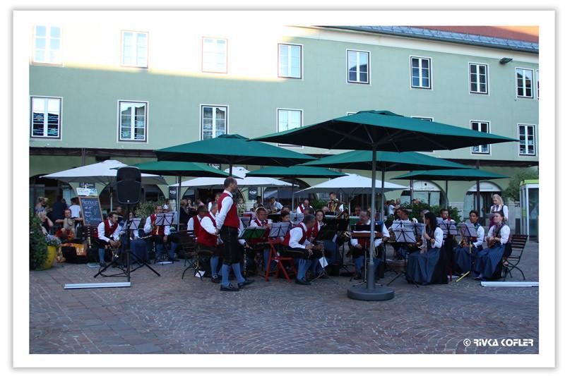 תזמורת מנגנת בככר