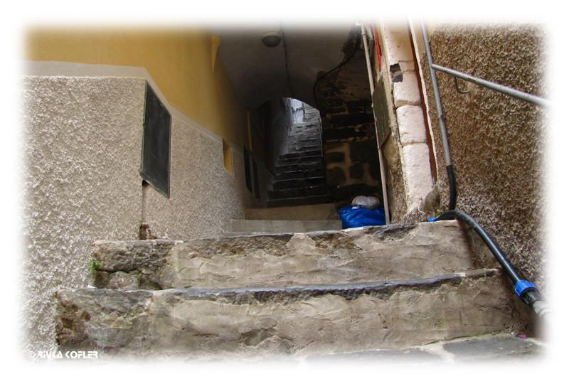 מדרגות צרות