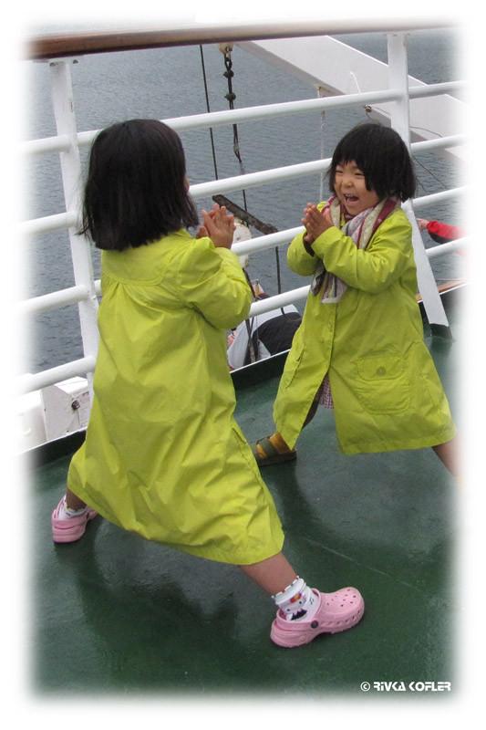 ילדות בצהוב