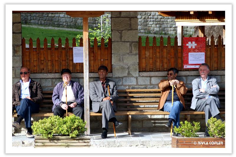 חבורת גברים ביוון