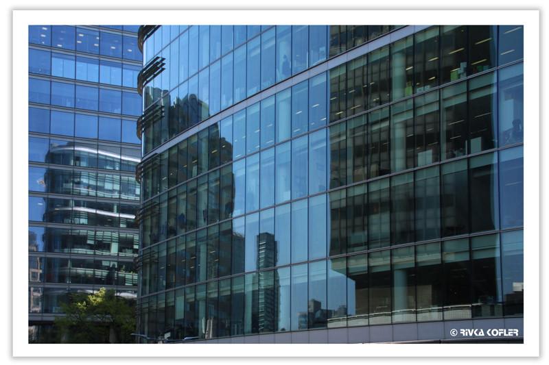 בניין משתקף בחלונות זכוכית