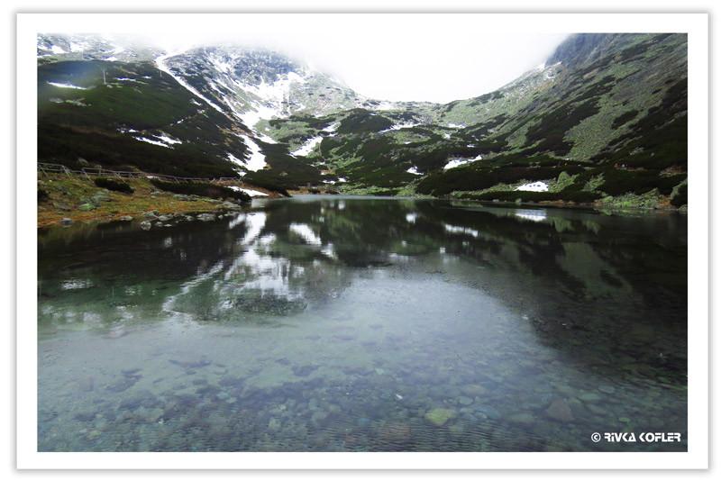אגם עם שלוגיות, הרים מושלגים מאחור