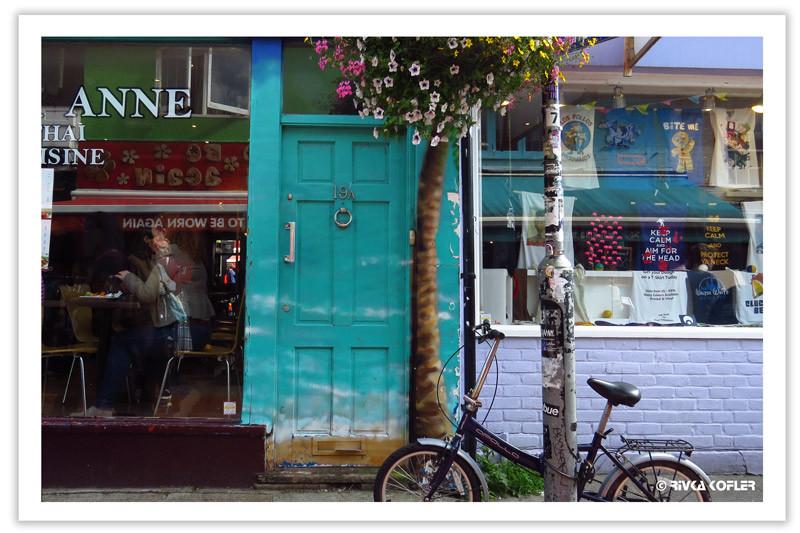 אופניים מול דלת צבעונית