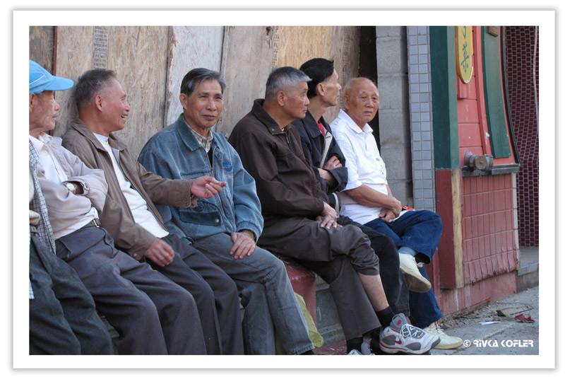 גברים יושבים יחדיו