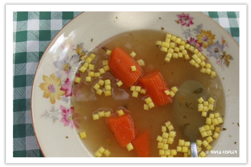 שקדי מרק וגזר בצלחת מרק עוף
