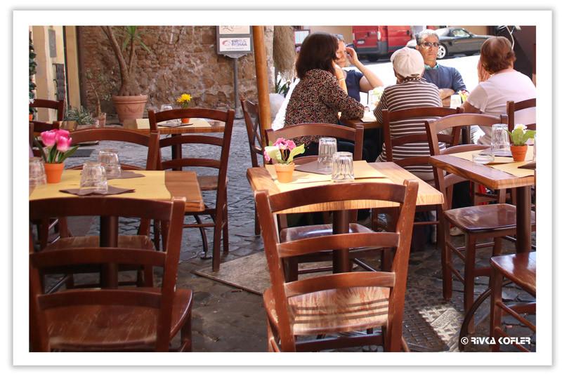 כסאות במסעדה