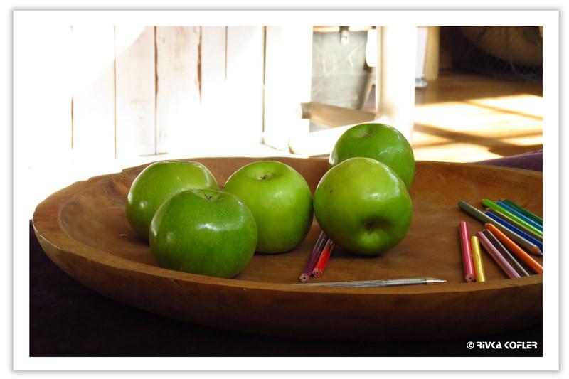 תפוחים ירוקים ועפרונות צבעוניים